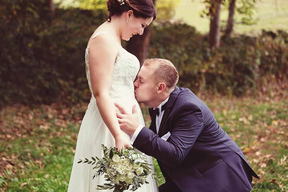 Braut Kuss auf Babybauch